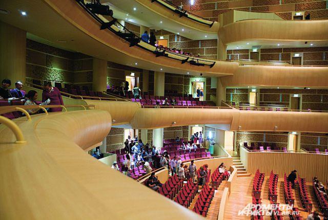В театре оперы и балета.