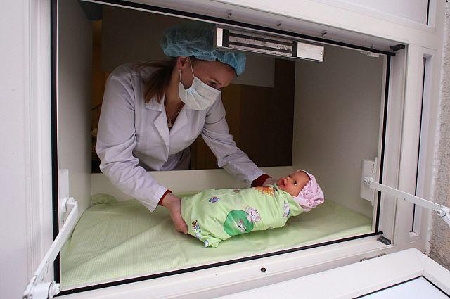 В нескольких регионах России беби-боксы уже существуют. А медицинский персонал учится работать с брошенными детьми.                                                                                                      В нескольких регионах России беби-боксы уже существуют. А медицинский персонал учится работать с брошенными детьми.