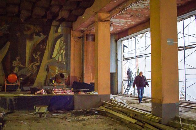Внутри танцзала во время ремонта.