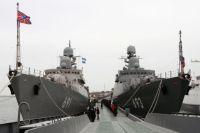 Новейший ракетный корабль проекта 11661К «Дагестан» (справа), вошедший в состав Каспийской флотилии, в Махачкалинском морском порту. Слева — ракетный корабль «Татарстан»