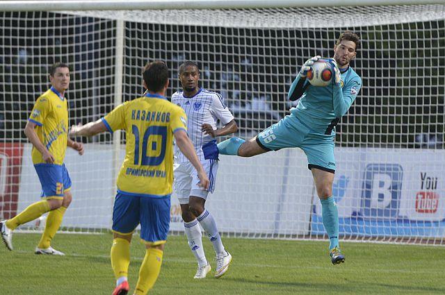У владивостокских футболистов восьмое место.