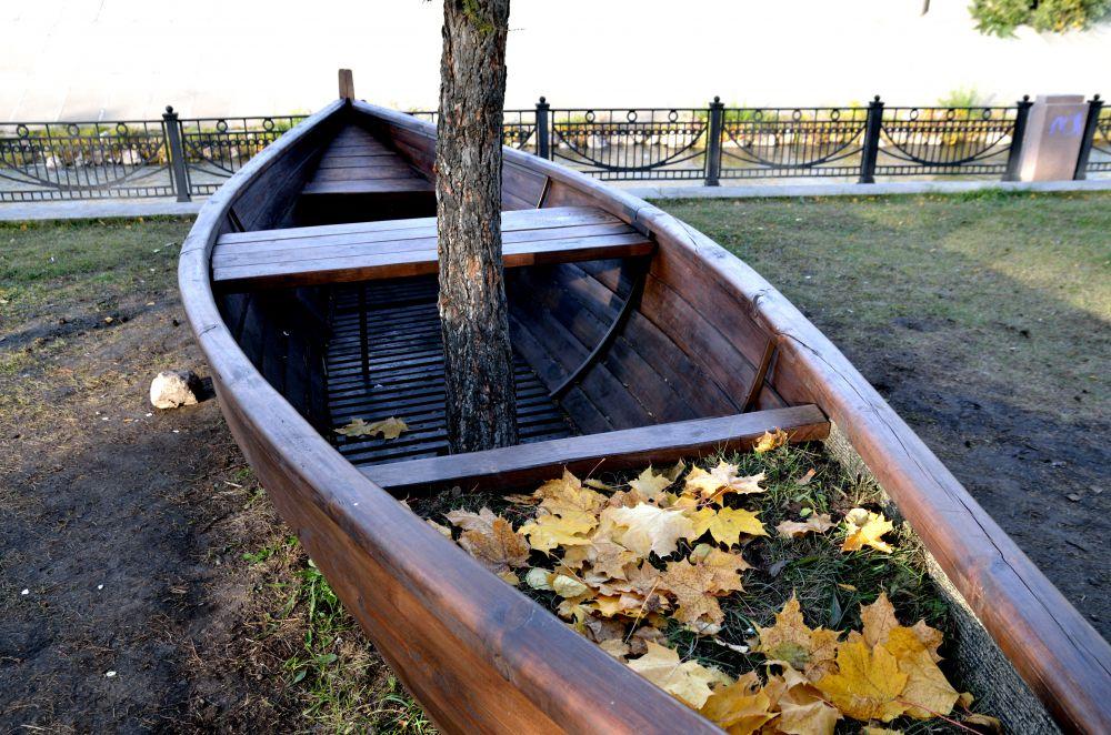 Лодки как скамейки...