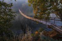 Самая знаменитая фотография Шилина - утренний вид на подвесной мост в Хотылёво.