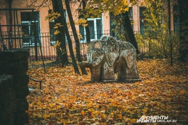 Вот такие бетонные скульптуры красуются на детских площадках Смоленска уже порядка 30 лет.