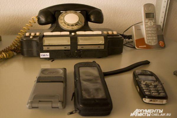 Различные телефоны: от дискового, которые получил популярность в 60-х, до современных беспроводных.