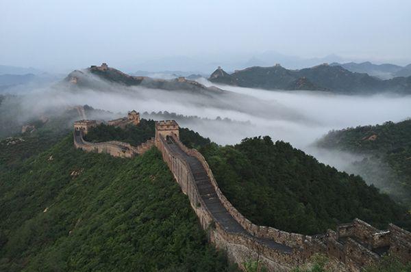 Великая Китайская стена. Крупнейший памятник архитектуры протяженностью 8851,9 км (с учётом ответвлений) строился с III века до н.э. до 1644 года. Великая стена, средняя толщина которой составляет 9 метров, служила для защиты китайской империи от кочеников.