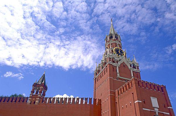Кремлевская стена. Кирпичная стена, окружающая Московский Кремль, была возведена на месте белокаменной стены Дмитрия Донского в 1485–1516 годах. Общая протяжённость сооружения — 2235 м, высота от 5 до 19 м, толщина — от 3,5 до 6,5 м. В северо-восточной части сооружения расположен некрополь, в котором захоронены деятели коммунистического движения и Советского государства. В постсоветское время неоднократно поднимался вопрос о перезахоронении останков, однако до сих пор это сделано не было.
