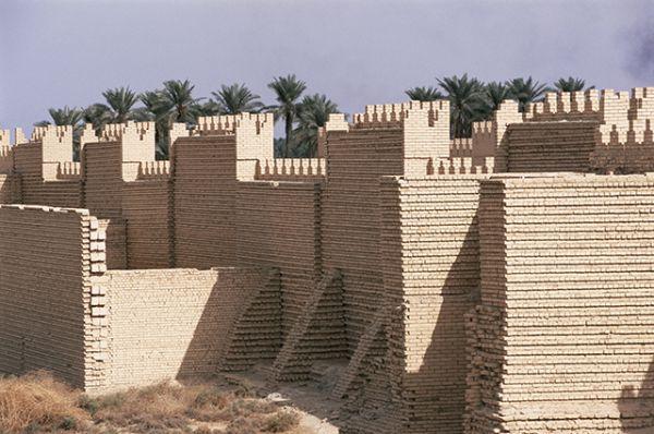 Вавилонские стены защищали от врагов одноименный древний город-мегаполис. Укрепления были выложены из кирпича, для изготовления которого, согласно современным расчетам, понадобилось бы задействовать 250 заводов производительностью 10 млн. штук в год. Говорят, что если разобрать Вавилонские стены и выложить все кирпичи в линию, можно опоясать Землю по экватору не менее 10 раз.