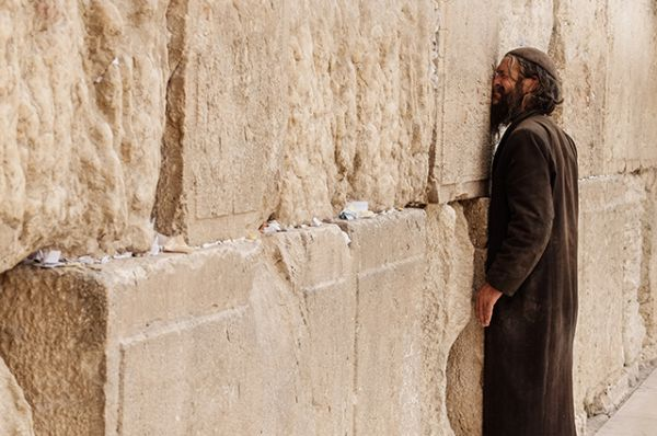 Стена Плача в Израиле. 485 метров древней стены вокруг западного склона Храмовой Горы в Старом Городе Иерусалима. В течение многих веков этот участок является символом веры и надежды евреев, местом паломничества и молитв.