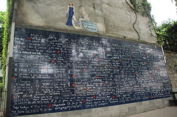 Стена любви в Париже.