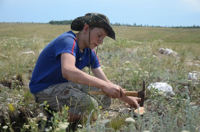 Юный геолог-эколог Даниил Кико добывает горный хрусталь.