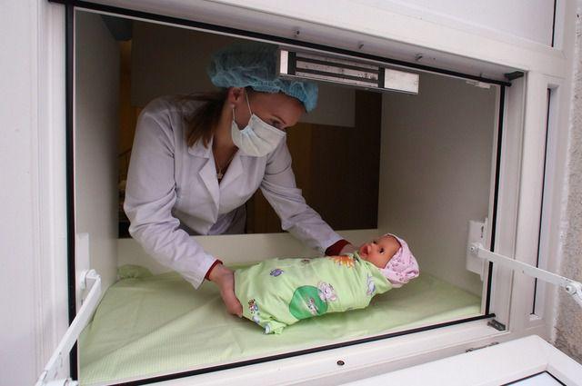 В нескольких регионах России беби-боксы уже существуют. А медицинский персонал учится работать с брошенными детьми.