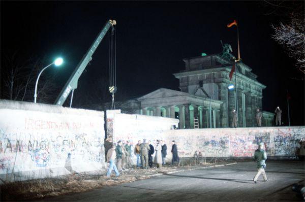 Берлинская Стена. Укреплённая государственная граница протяжённостью 155 км между ГДР и Западным Берлином. Берлинская стена, ставшая одним из символов «холодной войны», просуществовала с 13 августа 1961 года по 9 ноября 1989 года. На фото - демонтаж секции Берлинской Стены возле Бранденбургских ворот, 21 декабря 1989 года.