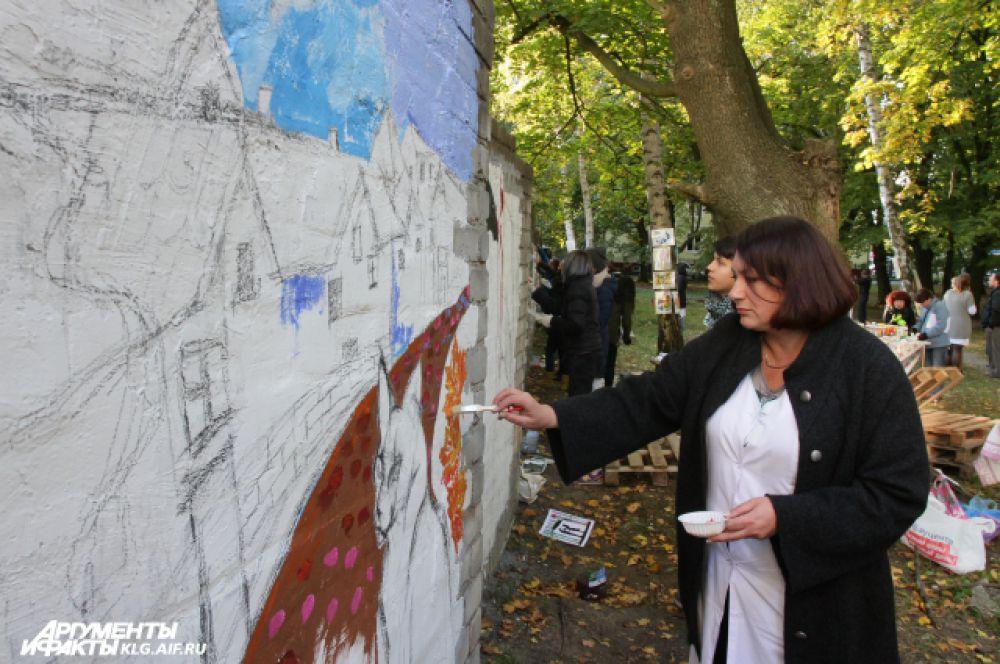 В росписи стены активно помогали волонтеры – студенты: на стену они заранее нанесли эскизы.