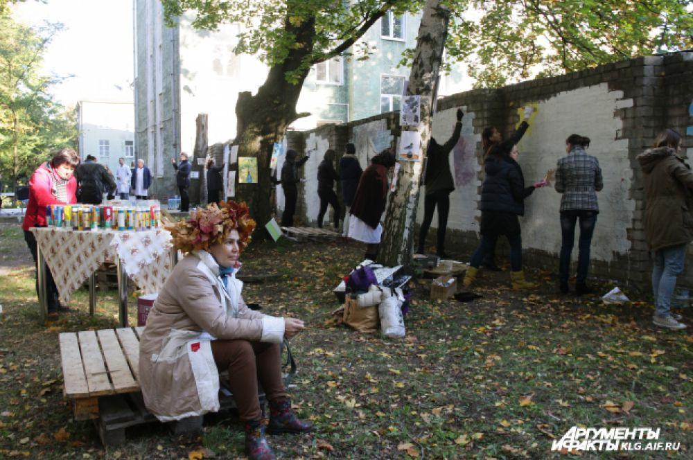 «Мы хотим, чтобы люди не загораживались от таких проблем — мы хотим не строить стены, а разрушать их. Все, кто будет идти из больницы, увидят стену длиной 20 метров, украшенную яркими рисунками», - руководитель студии художница Татьяна Машихина.