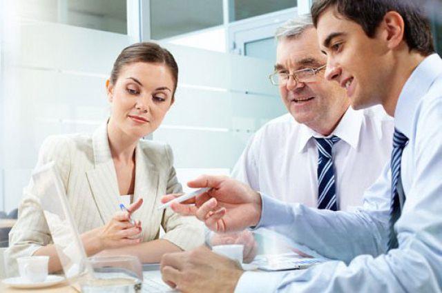 Сотрудники Сбербанка помогают своим клиентам грамотно составить финансовые планы.