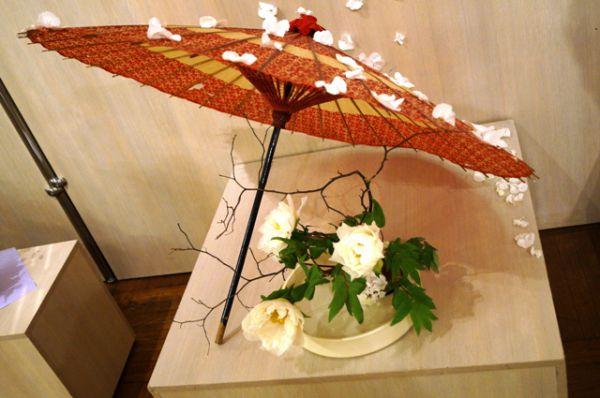 Над кустами пионов японцы строят домики, чтобы цветы не повредил ветер и непогода.