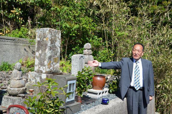 Могила погибших русских моряков на маленьком японском острове. С 1905 по 2011 годы это место не посещал ни один русский