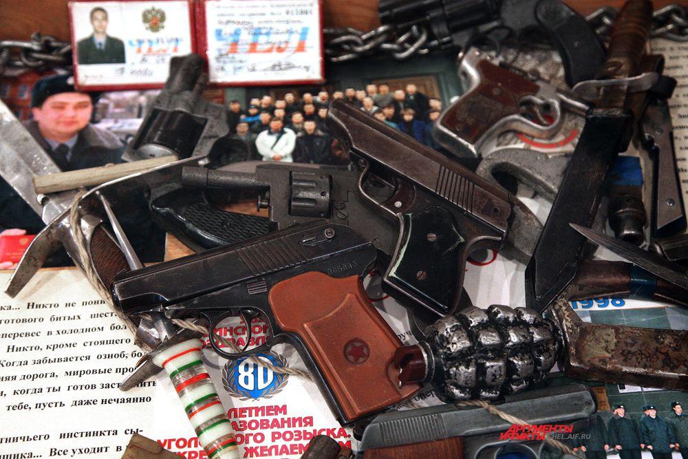 В центре самодельный пистолет ПМ,60 годы