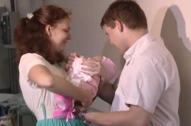 Андрей и его гражданская жена забирают Кристину из больницы.