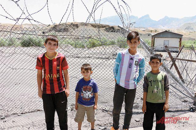 Колючая проволока в лагерях беженцев - формальность, её давно игнорируют.