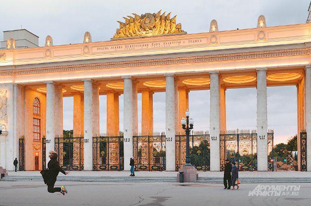 Вход в парк Горького теперь такой, как был в 1955 г., когда его построили. Одно отличие - смотровая площадка, которой раньше не было.