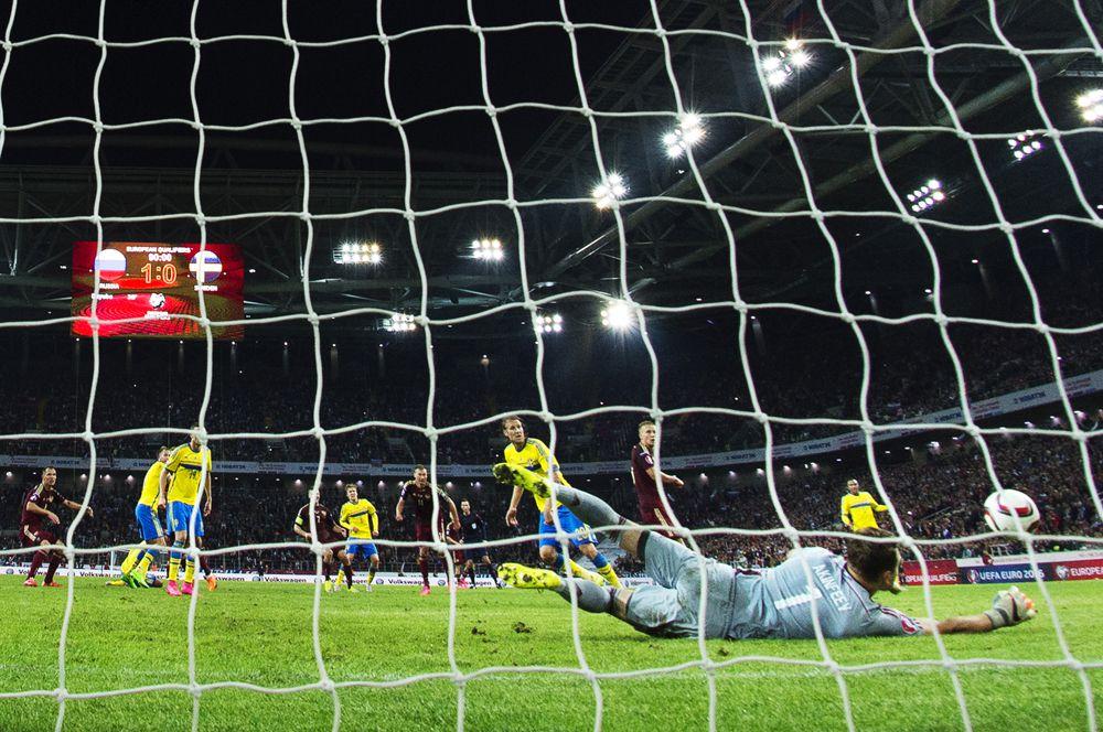 Игорь Акинфеев надежно защищал ворота сборной России, в решающий момент, в домашней встрече с национальной командой Швеции, вытащив практически неберущийся удар. Не сделай он этого, мы бы сейчас не праздновали успех