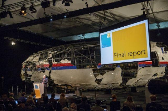 Журналистам показали реконструированный корпус сбитого Боинга