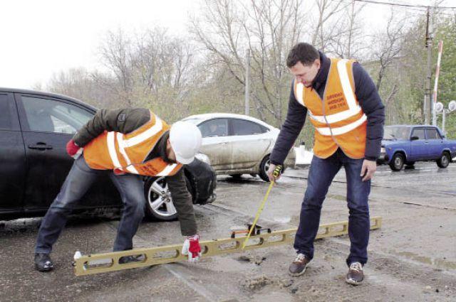 Эксперты замерили глубину ям, выбоин и неровностей на пермских дорогах.