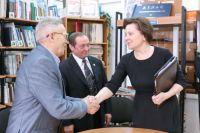 Наталья Комарова поздравляет писателя Андрея Тарханова.
