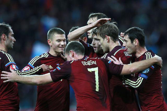 Игроки сборной России поздравляют Александра Кокорина с забитом мячом в отборочном матче чемпионата Европы по футболу 2016 между сборными командами России и Черногории.