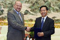 Игорь Орлов и главный секретарь парткома провинции Хэйлунцзян Ван Сянькуй.