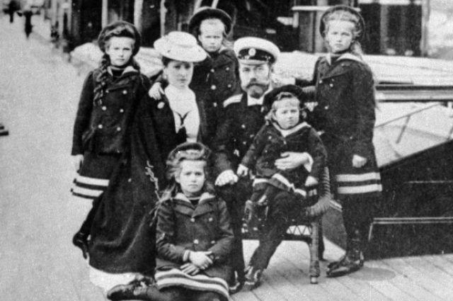 Российский Император Николай II, Императрица Александра Федоровна, Великие княжны Ольга, Татьяна, Мария, Анастасия, цесаревич Алексей.
