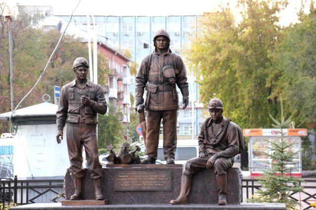 Скульптура расположена в сквере напротив ГУ МЧС России по Кемеровской области.