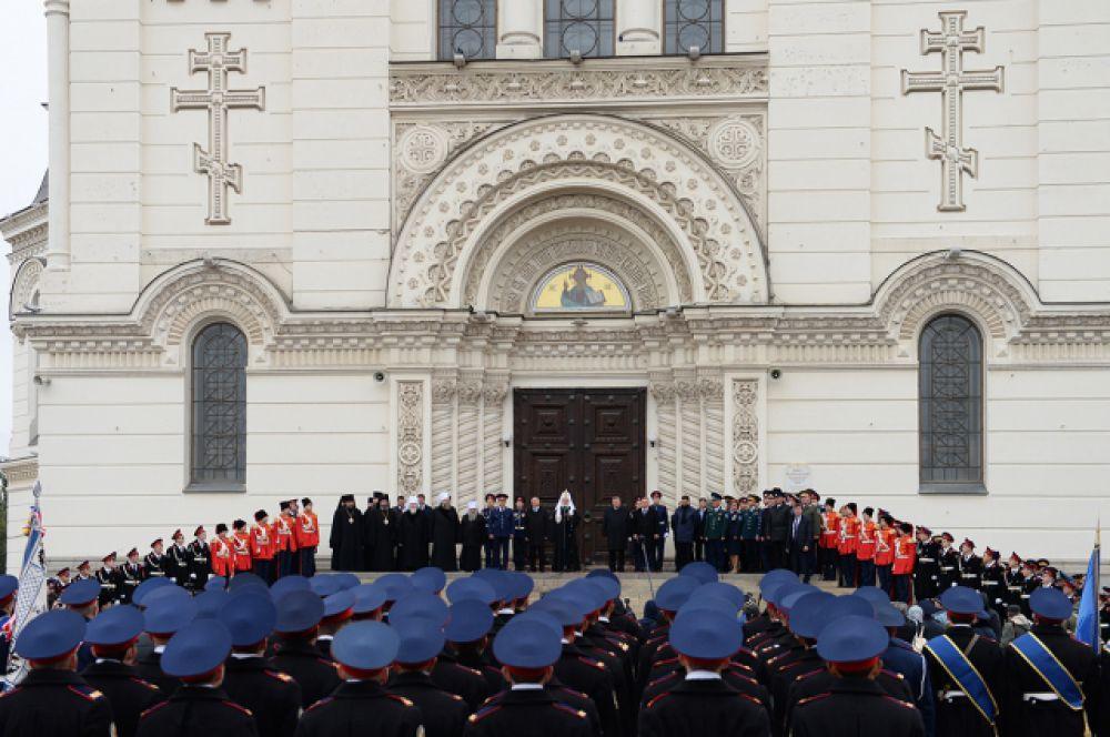 С паперти Вознесенского собора Предстоятель Русской Православной Церкви обратился к участникам парада с Первосвятительским словом.