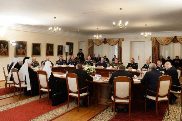 В Атаманском дворце на территории Старочеркасского мужского монастыря Глава РПЦ встретился с атаманами казачьих войск.