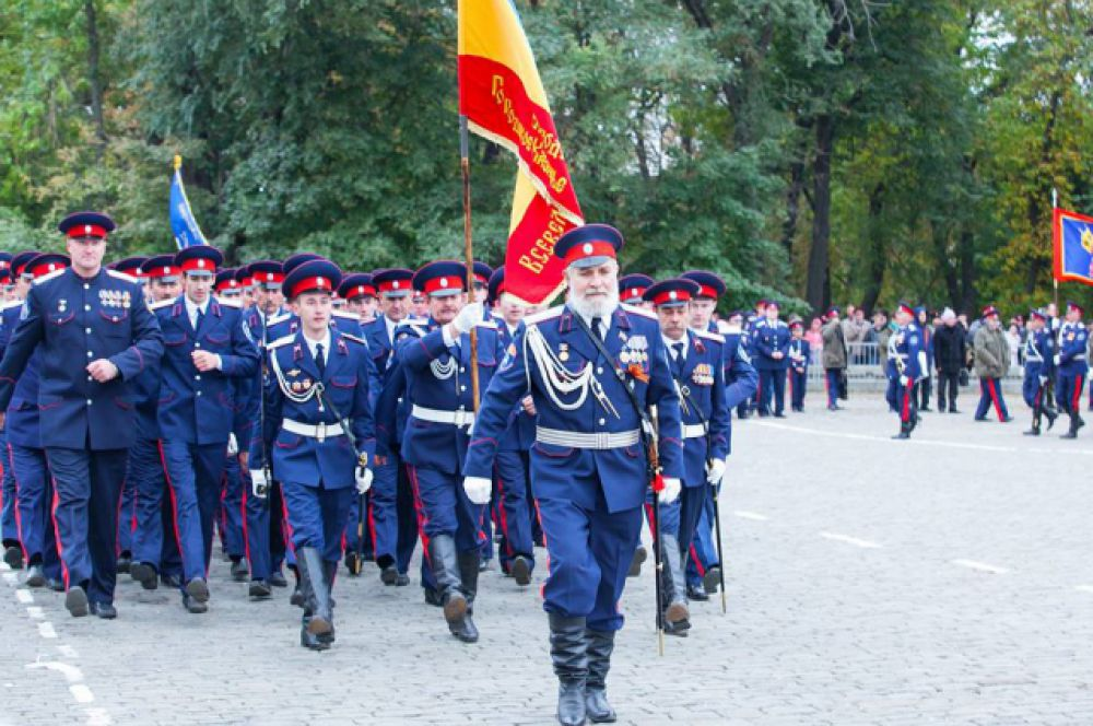 На марше - Волгодонское казачье общество, атаман Владимир Бардаков.