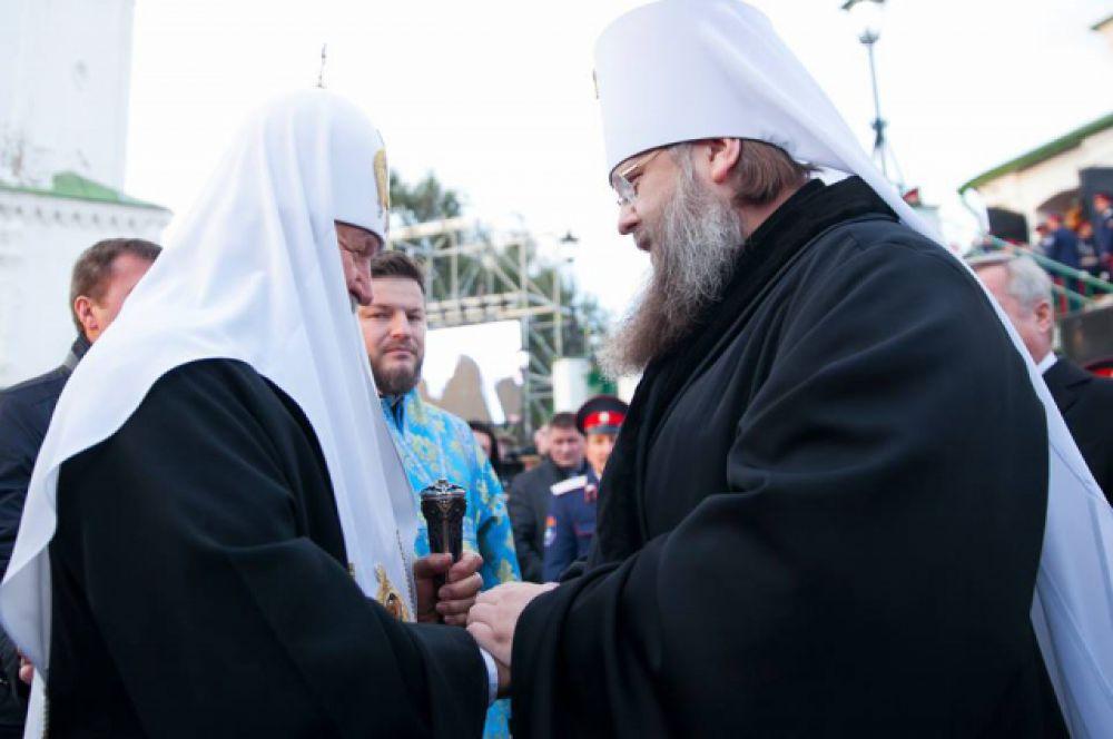 На донской земле Главу РПЦ встречает митрополит Ростовский и Новочеркасский Меркурий.
