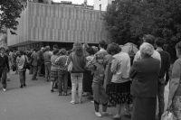 Очередь за хлебом на проспекте Калинина (Новом Арбате).