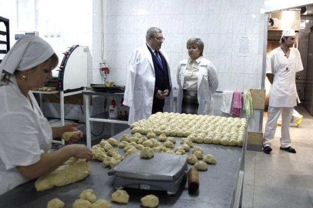 Виктор Толоконский в пекарне.
