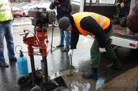 Специалисты обследуют качество нового дорожного полотна.