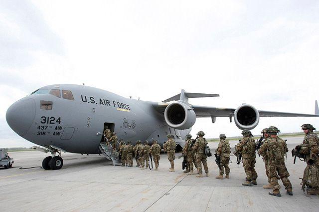 Американские военнослужащие у транспортного самолёта перед отправкой в Афганистан в аэропорту Манас. Фото из архива.