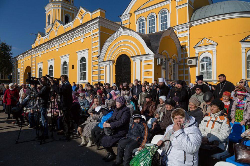 Концерт у стен Покровского храма собрал немало зрителей.