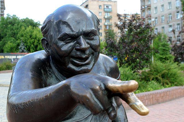 Памятник на киноаллее звезд экрана России, посвященный народному артисту СССР Евгению Леонову в образе главного героя из фильма «Джентльмены удачи».
