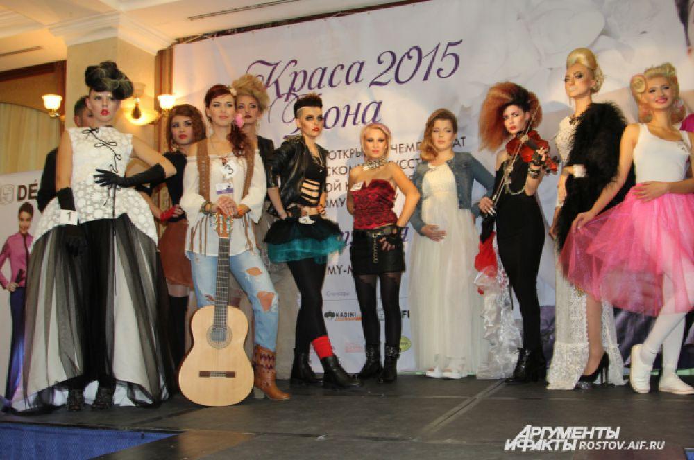 Наконец-то конкурсантов приглашают на сцену. Девушка с гитарой - с успехом создала образ хиппи, молодежи 1970-х.
