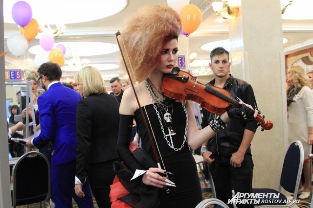 Образ гота со скрипкой смотрится не особо страшно. Готические прически и свадебные - основной стиль предпочитаемый на «Красе Дона 2015». Мрачное и праздничное в образе и прическах здесь шагают рядом.