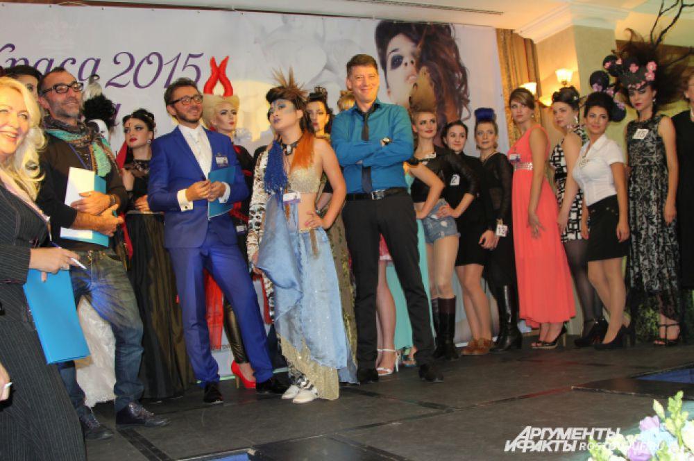 Главный судья соревнований Алексей Ованов (в синем костюме) высоко оценил труд и искусство донских девчонок.