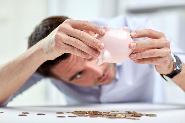 Растущие, согласно статистике, зарплаты, не делают омичей более состоятельными.