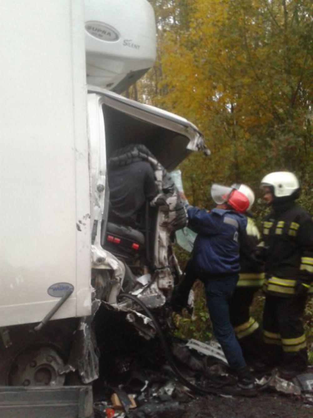 Пассажира грузовика спасателям пришлось долго извлекать из кабины.