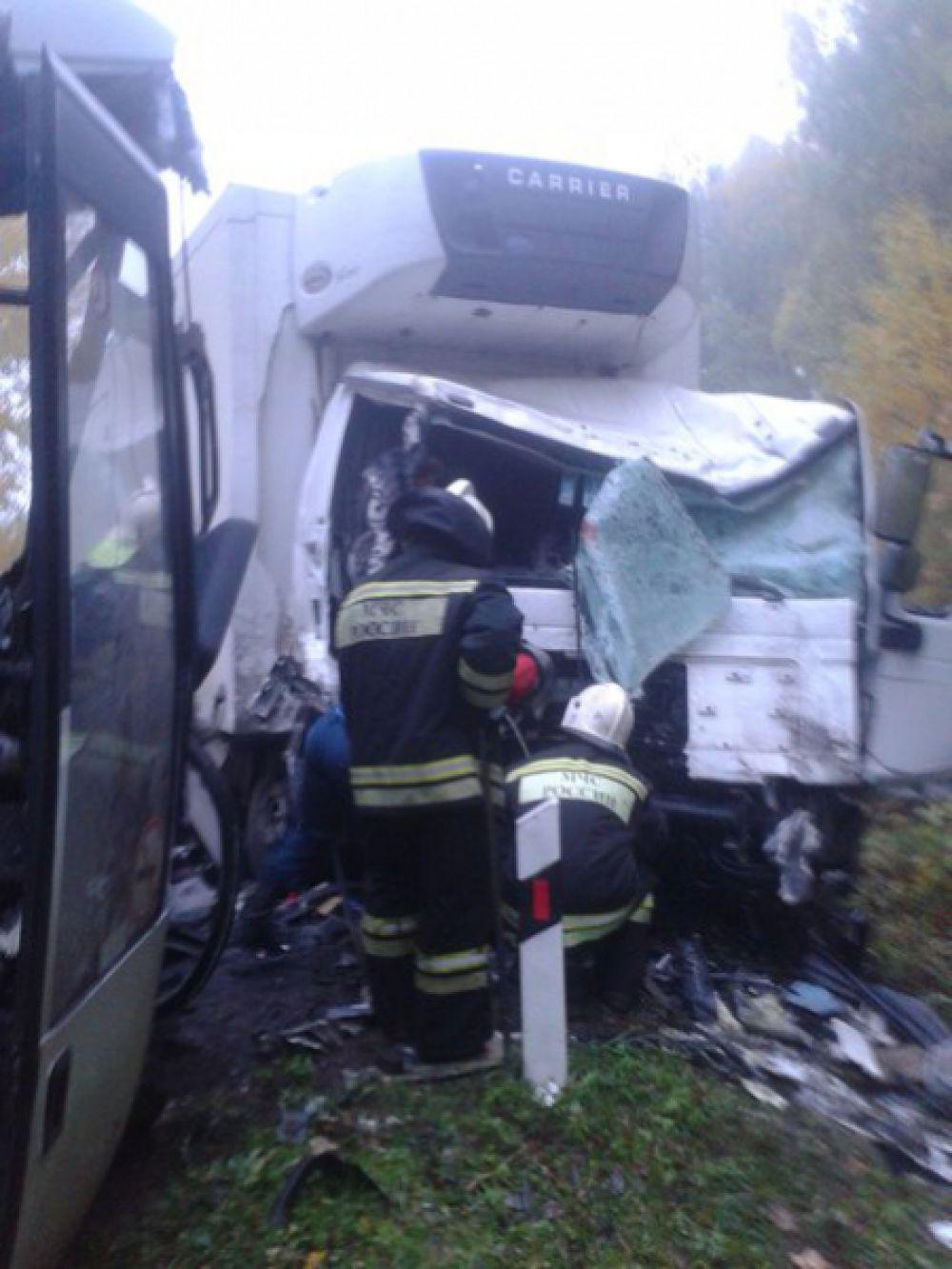 В страшной аварии погибли двое пассажиров автобуса -  мужчина и молодая девушка.